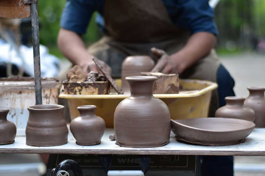Shaping pottery, gift giving guide, how to choose a gift, how to pick meaningful gifts