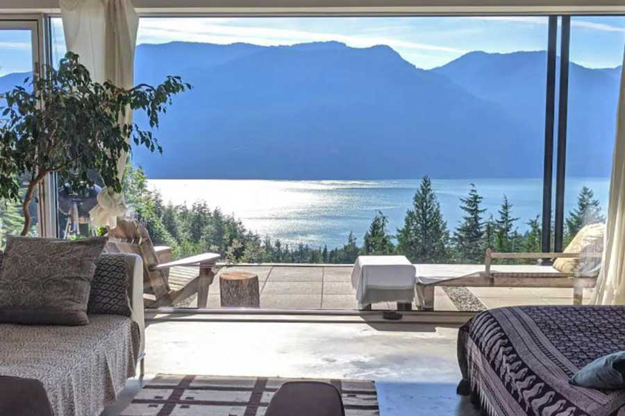 Romantic cabin getaways near Vancouver BC Canada, private oceanfront getaways for couples